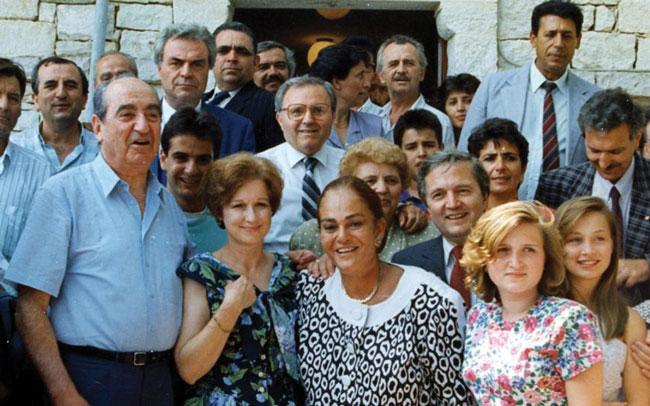 estiator: Ο Νίκος Γκατζογιάννης καλωσορίζει τον Κωνσταντίνο Μητσοτάκη και τη σύζυγό του Μαρίκα στο χωριό καταγωγής του, Λια Φιλιατών, στην ορεινή Hπειρο, το καλοκαίρι του 1990.
