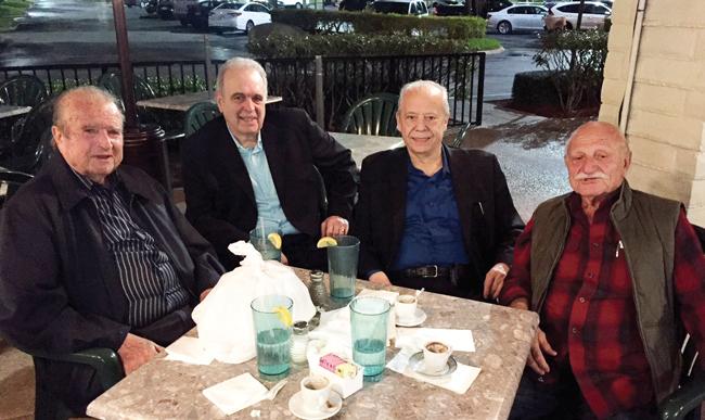 Στην φωτογραφία, από αριστερά, ο επίσης χιακής καταγωγής εκδότης του Estiator Π. Μακριάς, ο Τομ Λάμπρος (πολιτογραφηθείς Χιώτης), ο Στηβ Σιδεριάς και ο πρώην συνεταίρoς του στο River Edge Diner, NJ, Αλέκος Αλεξανδρής στο ελληνικό εστιατόριο Christo's στην Lantana, γειτονική πόλη του Boynton Beach.