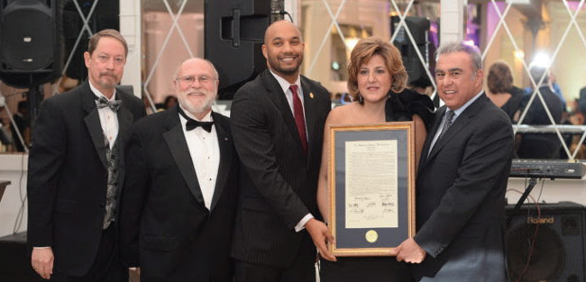 Από αριστερά, ο τσαίρμαν και ο πρόεδρος του Εμπορικού Επιμελητηρίου Πάτερσον George Waitts, και James Dykes, ο αξιωματούχος της κομητείας Πάτερσον T.J. Best και το ζεύγος Κόντου με την τιμητική αναμνηστική πλάκα.