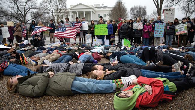 Μαθητές διαδηλώνουν έξω από τον Λευκό Οίκο.