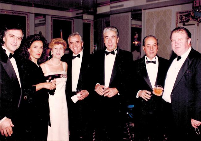 Από αριστερά, ο γνωστός επιχειρηματίας εστιάτορας στην Ν. Υόρκη και στην Ελλάδα Πήτερ Κατσίχτης, η σύζυγός του, η κ. Αφροδίτη Καλαμαρά, σύζυγος του Τομ, ο εστιάτορας Δημήτρης Σάκκας, ο αείμνηστος, ο αδελφός του Πωλ Καλαμαράς και ο εκδότης μας, Π. Μακριάς, σε χοροεσπερίδα, πολύ πριν αρρωστήσει ο Τομ.